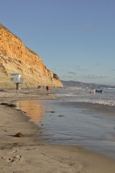 Your Essential Guide to the Torrey Pines Hiking Trail - Torrey Pines State Reserve Hikes - Hiking in San Diego // Local Adventurer American National Parks, California National Parks, Visit California, California Travel, San Diego Tourist Attractions, California Tourist Attractions, Torrey Pines Hike, Beautiful Places In America, Visit San Diego