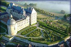 château de hautefort vue de montgolfière