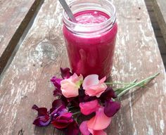 A colourful and healthy boost Yummy Smoothies, Beetroot, Brighten Your Day, Health Tips, Vegan Recipes, Vegetarian, Vegetables, Eat, Healthy