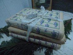 Lot de tous petits livres chez leonie brocante , brocante en ligne  http://www.leoniebrocante.com/fr/