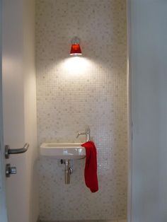 White and red small bathroom | Petite salle de bain blanche et rouge