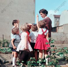 A primary school teacher and her class during a gardening leson in the school's allotment garden, Berlin, 15 August 1967 akg / ddrbildarchiv. History Images, Art History, Allotment Gardening, Primary School Teacher, Image Archive, Akg, Dream City, Retro Color, Berlin Germany