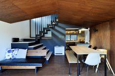 1階のLDKと階段を見る。家具やクッションなどを含め、素材感と色味のコンビネーションが素晴らしく、独特の空気感が漂う。
