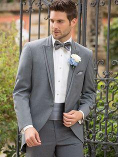 (Foto 5 de 13) Look de novio en gris con fajín y pájarita a juego, Galeria de fotos de Trajes de novio elegantes para una boda clásica