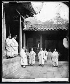 Yongquan monastery, Drum Mountain, near Fuzhou, China: Buddhist priests, 1869. (Courtesy of John Thomson; Wellcome Library, London)