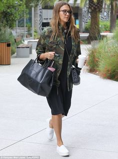 Pregnant Jessica Alba camouflages her baby bump   Daily Mail Online