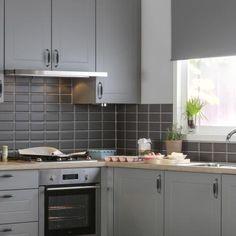 Meer dan 1000 idee n over grijs keukens op pinterest grijs kookeiland grijze keukenkastjes en - Groene metro tegels ...