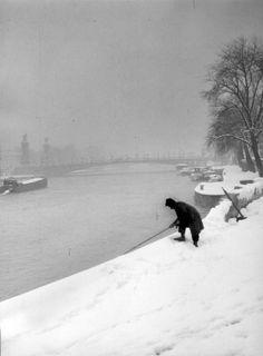 Robert Doisneau ( La Neige )  -  Pêcheur sous la neige 1945
