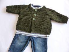 Hier handelt es sich um eine Strickanleitung für ein Baby-Kleinkind-Strickjacke für viele Gelegenheiten. Die Jacke wurde aus einem Merinogarn gestrickt. Sie hat verschiedene Muster, einen runden Halsausschnitt und wird mit Knöpfen geschlossen. Du kannst selbst entscheiden aus welchen Farben und aus welchem Garn du die Jacke nachstricken möchtest. Es ist egal ob du ein Verlaufsgarn, ein- oder zweifarbiges Garn oder Wolle verwendest, der Kuschelfaktor ist garantiert. Die Jacke ist perfekt für…