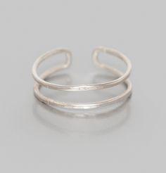 Bague fine en argent, taille ajustable, hauteur 0.5 cm. Fabriqué à la main, chaque bijou est unique. Non allergique, c'est un métal précieux qui se patinera ave