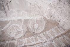 Jannick Deslauriers – Tank Textile – 2011 (crinoline et fils). Jannick Deslauriers est une artiste Québécoise qui vit et travaille à Montréal. Diplômée en Arts Plastiques et en Arts Vis…