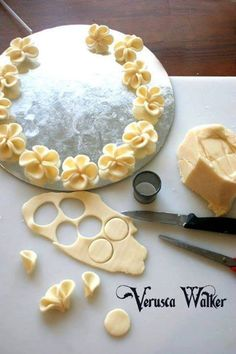Façonnage de fleurs en pâte