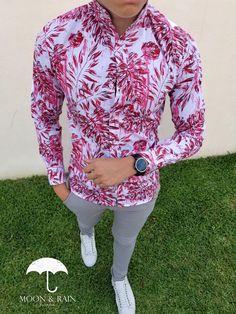 Outfit para hombre, camisa slim fit blanca de hojas rojas, pantalón de gabardina y tenis blancos | Diseños de la marca Moon & Rain y Tiendas Platino Mens Hottest Fashion, Mens Fashion Wear, Fashion Outfits, Stylish Mens Outfits, Casual Outfits, Casual Trends, Formal Shirts, Summer Shirts, Mens Clothing Styles
