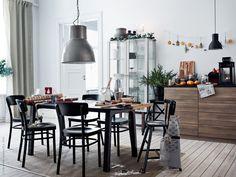 Vi samlar hela familjen runt generösa matbordet VÄSTANÅ/OPPEBY. Buffén dukas upp på köksbänken METOD/MAXIMERA med fina porslinsserien ARV. Tillsammans med vitrinskåpet STOCKHOLM, IDOLF stol, HEKTAR taklampa, HEKTAR taklampa och AGAM juniorstol.