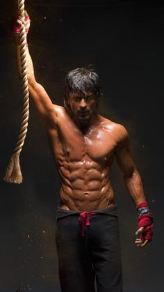 """Shah Rukh Khan unveils #HappyNewYear fitness look.  
