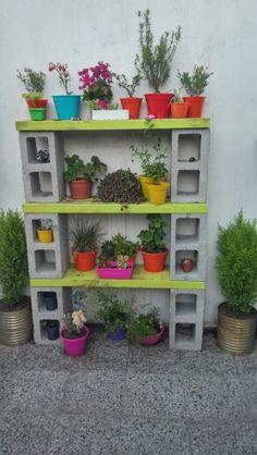 Estante para macetas Garden Yard Ideas, Garden Crafts, Garden Projects, Tire Garden, Garden Shelves, Plant Shelves, Cinder Block Furniture, Patio Furniture Makeover, Diy Furniture