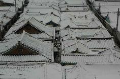 건축사진가 김용관&아키라이프 / @archilife802 / 지금~익선동 한옥 마을 골목길을 걷고있다. 뽀드득.뽀드득~~ / 서울 종로 익선 / #골목 #지붕 #골목길 / 2013 12 12 /