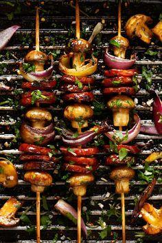 Het barbecue-seizoen is weer geopend! Vaak ligt er vlees en vis op de grill, maar wat nou als je vegetarisch eet? Dan wil je ook graag die heerlijke kooltjessmaak proeven, en niet alleen maar sla happen. Wij hebben 10 heerlijke vegetarischegerechten voor je verzameld voor een vega barbecue. 1. Gepofte (zoete) aardappel Net als dat …