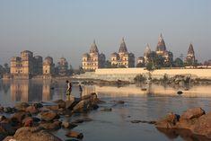 A orillas del río Betwā, en el estado indio de #Madhya #Pradesh, la antigua ciudad de #Orchha fue la capital de un célebre principado, tal y como nos recuerdan los monumentos funerarios que se erigen solitarios entre la vegetación, construidos en honor a los reyes y marajás que gobernaron estas tierras entre los siglos XVI y XVII. Una localidad famosa por el valioso conjunto arquitectónico que atesora, destacando su imponente palacio fortificado guarecido tras las murallas almenadadas...