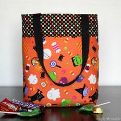 By changing out fabrics, this kid-sized tote bag is perfect for Easter egg hunts, Trick or Treating, Christmas gift bags, or overnight stays at… Halloween Sewing, Halloween Bags, Halloween Trick Or Treat, Halloween Treats, Halloween Projects, Halloween Stuff, Scary Halloween, Kids Tote Bag, Kids Bags