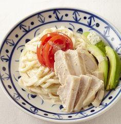◆やわらか蒸し鶏のごまマヨうどん◆  レンジだけの加熱で出来てしまうお手軽レシピ。 チンしている間に、材料を切ったり混ぜたり出来るので時間も短くてすみます! マヨネーズが決め手の胡麻ダレで、美味しくひんやりいただけますよ。