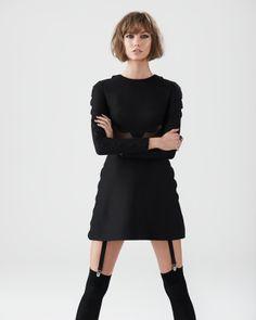 Karlie Kloss lleva vestido de lana perforada de Valentino, y liguero y medias de Loewe.