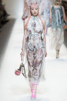 Fendi Spring 2017 Ready-to-Wear Fashion Show - Fernanda Hin Lin Ly Catwalk Fashion, Fashion 2017, Spring Fashion, High Fashion, Fashion Show, Milan Fashion, Fendi, Karl Lagerfeld, Dolly Fashion