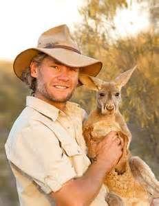 """Surnomé """"Kangaroo Dundee"""", Chris 'Brolga' Barnes aurait sauvé des kangourous orphelins"""