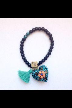 Pulsera de ónix, Swarovski y corazón de madera tallado y pintado a mano. Joyeria mexicana. Artesanal . Azul maya.