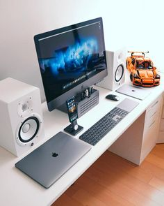 10 DIY Computer Desk Ideas for Home Office DO-IT-YOURSELF Computer Along with the advancement of personal computer and also Web, more and more people invest tons of time at the keyboard. Having an effective personal computer Gaming Desk, Computer Desk Setup, Gaming Setup, Computer Workstation, Gaming Rooms, Pc Computer, Home Office Setup, Office Workspace, Home Office Design