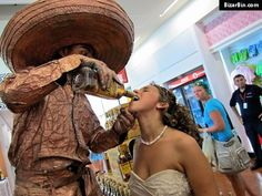fun with statues   Funny Pics: People Having To Much Fun With Statues