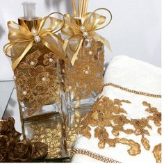 Lindo kit de lavabo contendo 4 peças:  Difusor de varetas de 250ml  Sabonete gel com glitter de 250ml  E bandeja , que pode ser de espelho ou de pérola , com medida de 19 X 11.  E toalha de lavabo bordada .  À essência a escolha. Trabalhamos com : bambu, alecrim, algodão, broto de bambu, pitanga ...