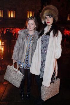 Invitados al desfile de la coleccion Metiers d´Art de Chanel en Edimburgo:  La modelo y actriz Sophie Kennedy-Clark junto a Caroline Sieber: los vestidos cuajados de pedrería y los abrigos y accesorios de piel, se convirtieron en una especie de dress code no escrito.