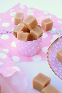Vaniljfudge | Fridas bakblogg Homemade Sweets, Homemade Candies, Chocolate Chip Cookie Dough, Chocolate Chips, Candy Recipes, Sweet Recipes, Lollipop Candy, Candy Cookies, Christmas Sweets
