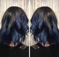 Se você não quer uma mudança drástica, apenas um pequeno toque de azul dará conta do recado.   16 provas de que o cabelo azul jeans é a verdadeira tendência de 2017