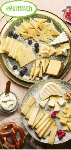 Die perfekte Zusammenstellung einer Käseplatte für den Brunch - hier findet sich jeder etwas! Brie, Brunch, Food And Drink, Dairy, Cheese, Credenzas, Hay, Humorous Sayings, Milk