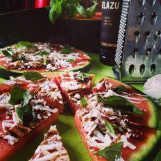 Watermelon savoury pizza - Pizza de sandia Feta Basil by Esther Amigo Pizza Pizza, Caprese Salad, Bruschetta, I Foods, Feta, Basil, Watermelon, Ethnic Recipes, Salads