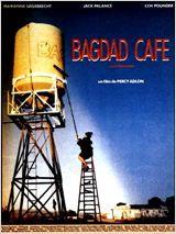 Bagdad Café de Percy Adlon  Après une scène de ménage Jasmin atterrit au Bagdad Café, motel minable entre Disneyland et Las Vegas. La patronne, Brenda, Noire tapageuse et insatisfaite, règne sur tout un petit monde de routiers et de personnages énigmatiques.