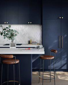DesignEdge: the convenience of made-to-measure laminate doors and panels Kitchen Room Design, Modern Kitchen Design, Home Decor Kitchen, Interior Design Kitchen, Home Kitchens, Navy Kitchen Cabinets, Elegant Kitchens, Minimalist Kitchen, Cuisines Design