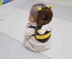 This Bee Shaped Baby Backpack Protects Babies Heads If They Fall Over Bienenförmiger Baby-Kopfschutz-Rucksack Unique Gifts (Visited 3 times, 1 visits today) So Cute Baby, Cute Kids, Cute Babies, Baby Rucksack, The Babys, Baby Gadgets, Camping Gadgets, Baby Head, Baby Sewing