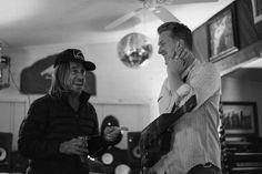 """Iggy Pop'ın Post Pop Depression albümünün yapım aşaması belgesel oluyor. Iggy Pop ve Queens of the Stone Age ve Eagles of Death Metal'den Josh Homme """"Post Pop Depression"""" isimli toplama albüm 8 Mart'ta yayınlandı. Loma Vista etiketiyle piyasaya sürülmesi beklenen albümden şu ana kadar 3 parça paylaşıldı. Albümde gitar/klavyede The Dead Weather ve Queens of …"""