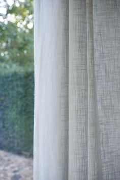 Rust, ruimte en licht. Linnen gordijnen Vintage 01. RTL Woonmagazine. Monique des Bouvrie.