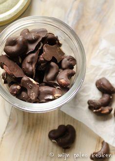 Een heerlijke snack waar je makkelijk en snel een gezondere variant van kan maken: chocolade cashewnoten met zeezout.