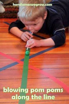 Créez un parcours de souffle à même le sol ou sur une table puis utilisez une paille pour souffler et faire avancer les pompons !