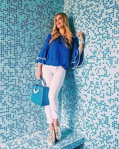 Cómo combinar un jean blanco Jeans, Capri Pants, Interior, Outfits, Fashion, Sailor Style, Blue Blouse, White Colors, Beauty