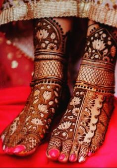 From modern to traditional, from simple to heavy, here are 25 latest bridal mehndi designs for 2019 for your wedding. Discover the top new mehndi trends!