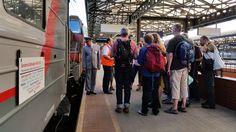 Die Mitreisenden beobachteten genau das Rangiermanöver am Prager Hauptbahnhof, wo unser Wagen an den planmäßig verkehrenden Nachtzug Prag-Moskau angehängt wurde. Gerade gibt es für die Reisenden Instruktionen über den weiteren Fahrtverlauf.