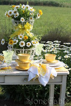 Summer, such an inviting day to enjoy tea in the garden with a table filled with buttercup yellow tea setting a daisy floral arrangements. Everything comes together at this table - enjoy. Daisy Party, Beautiful Table Settings, Deco Floral, Deco Table, Decoration Table, Mellow Yellow, Place Settings, Outdoor Dining, Tablescapes