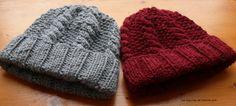 Un bonnet à tricoter au point de riz, avec une torsade ...