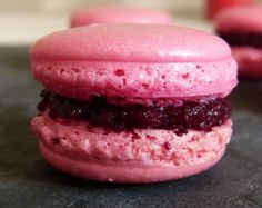 recipe raspberry macaroons - easy recipe for beginners (with or without thermomix ! Desserts With Biscuits, Köstliche Desserts, Dessert Recipes, Macarons Easy, Raspberry Macaroons, Dessert Thermomix, Thermomix Cooking, Easy Recipes For Beginners, Macaroon Recipes